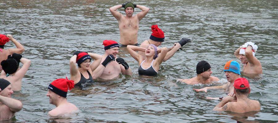 Świąteczna kąpiel morsów w Olsztynie [ZDJĘCIA]
