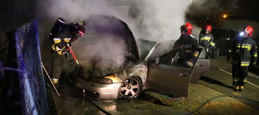 Nocny pożar samochodu w Olsztynie. Paliło się audi, mitsubishi uszkodzone