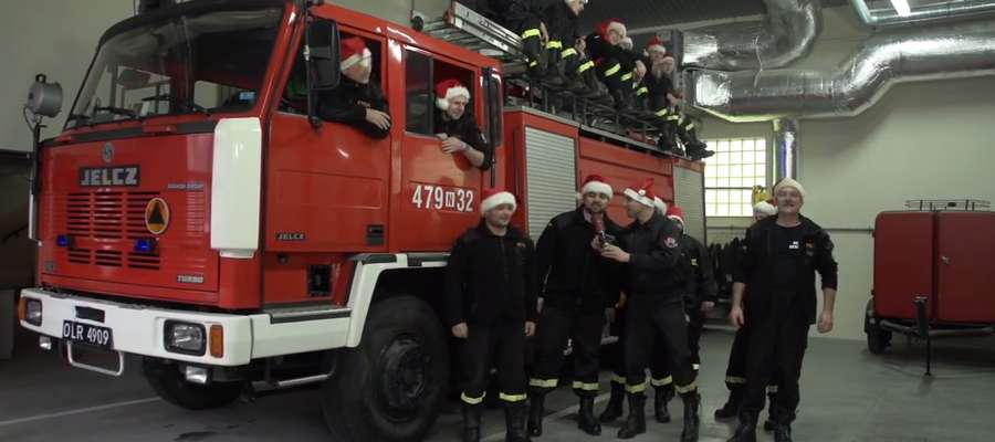 Kadr z klipu z życzeniami, który nakręcili reszelscy strażacy.