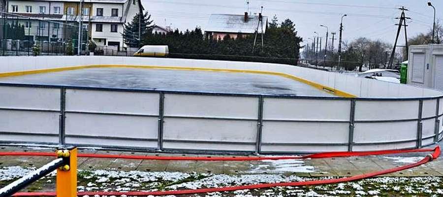 Miłośnikom jazdy na łyżwach przyjdzie jeszcze trochę poczekać na otwarcie płońskiego lodowiska przy MCSiR
