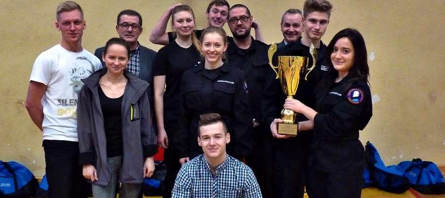Nagrodzeni uczestnicy turnieju z klas policyjnych. Organizatorzy chcą, aby przedsięwzięcie odbywało się rokrocznie