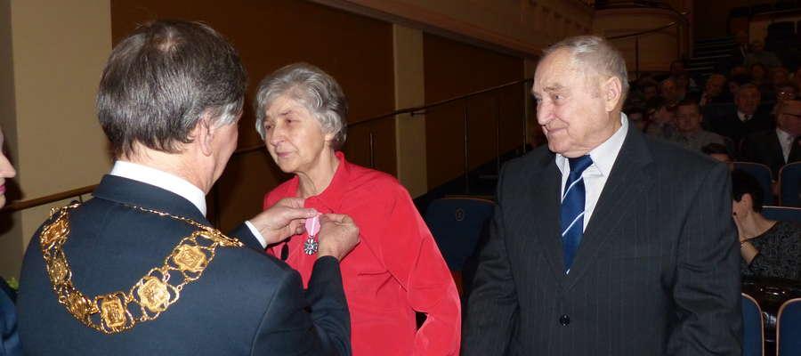 Burmistrz Iławy Adam Żyliński odznacza jedną z par obchodzących 50-lecie małżeństwa