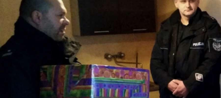 Wczoraj podinsp. Waldemar Jackowski wspólnie z dzielnicowym z posterunku policji w Zalewie przekazali dzieciom paczki świąteczne ufundowane przez kobietę, która pragnie pozostać anonimowa.