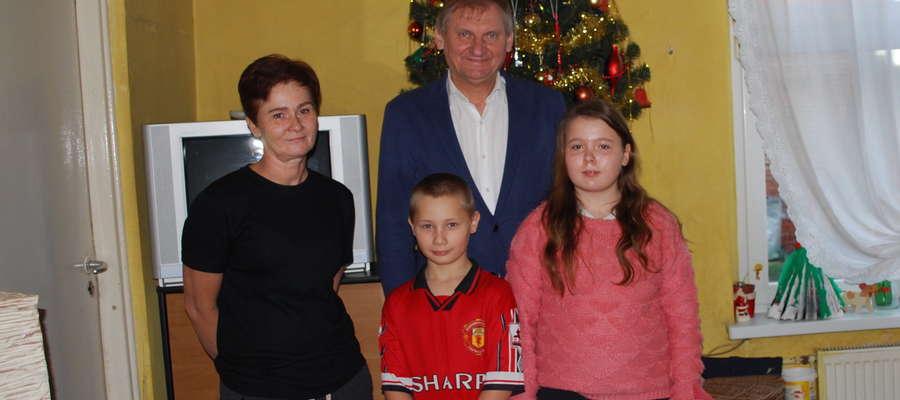 Pani Wioletta Kowalkowska z Tynwałdu z częścią swojej rodziny w towarzystwie wójta gminy Iława