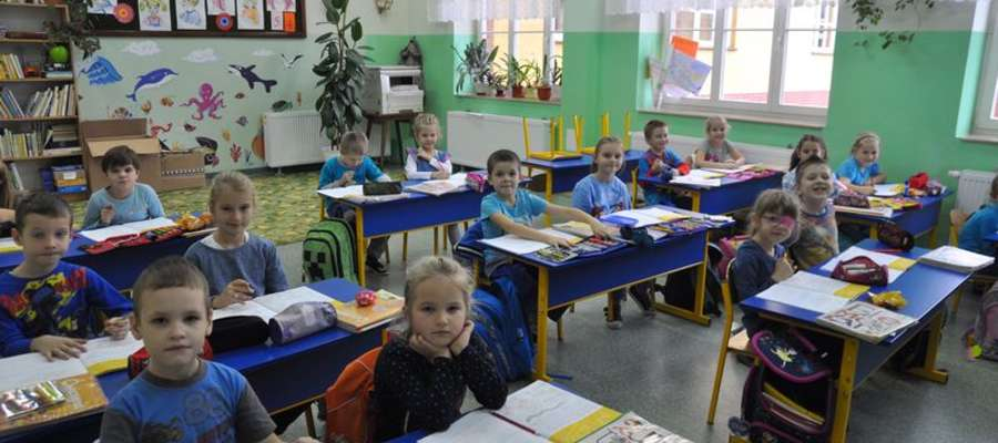 Uczniowie ubrani byli na niebiesko