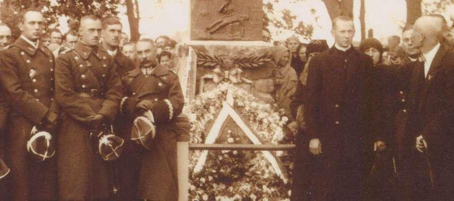 Fotografia z pomnikiem i gen. bryg. Waraksiewiczem (pierwszy rząd, trzeci z lewej)