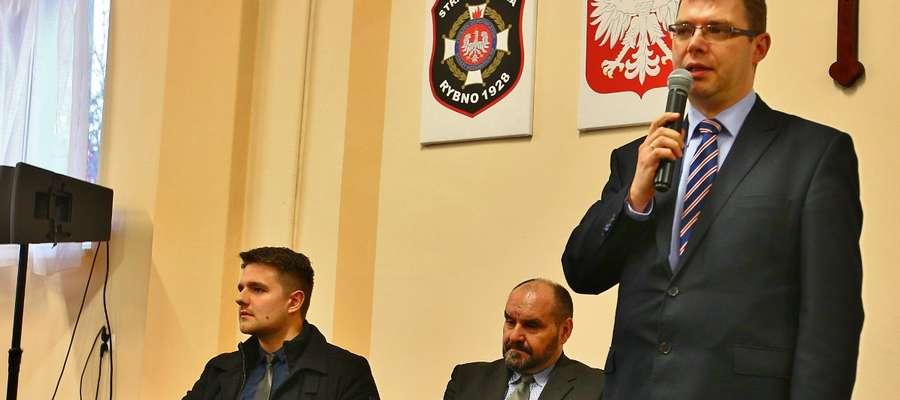 Wojewoda Artur Chojecki, wójt Tomasz Węgrzynowski i Robert Gontarz, młody kandydat do Sejmu z ramienia PiS, który zdobył największą liczbę głosów spośród wszystkich kandydatów z naszego powiatu
