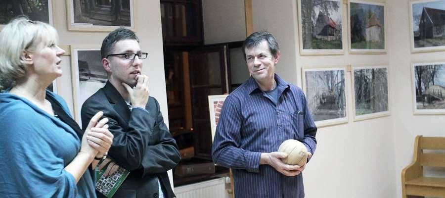 Leszek Marcinkowski (z prawej) podczas piątkowego wernisażu