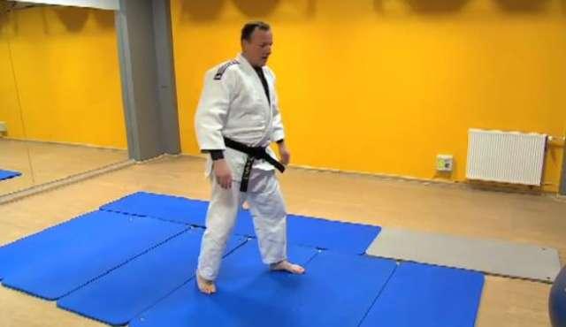 Jest ślisko. Trener judo tłumaczy jak upadać - full image