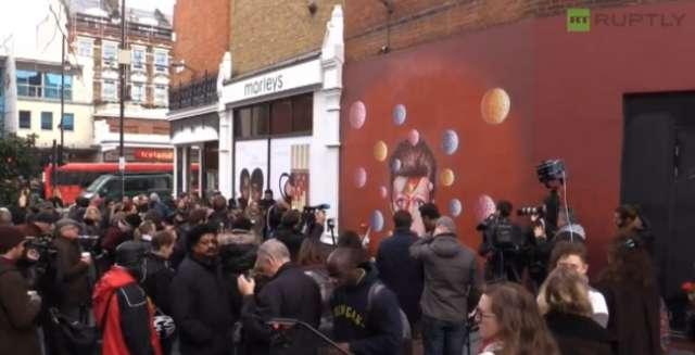 Fani opłakują Davida Bowiego - full image