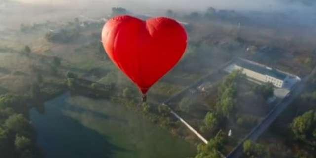 Zwiedzanie Ukrainy w dwie minuty. Piękne zdjęcia z lotu ptaka.  - full image