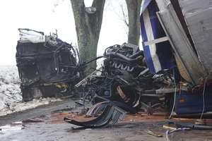 Zderzenie ciężarówki i samochodu osobowego na dk 51 pod Olsztynem. Jedna osoba ranna, droga zablokowana