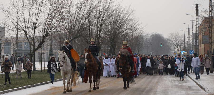 Trzej Królowie na koniach poprowadzili orszak ulicami miasta
