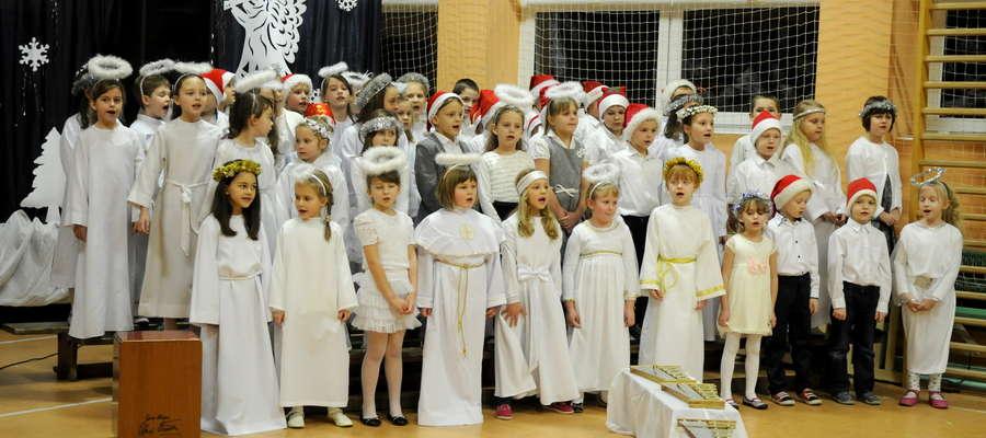 Uczniowie klas 1-3 przygotowali się wyśmienicie pięknie śpiewali i dostojnie wyglądali