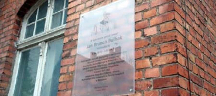 Kamienica na ul. Pionierskiej w Giżycku z tablica upamiętniającą znanego fotografika  Jana Bułhaka