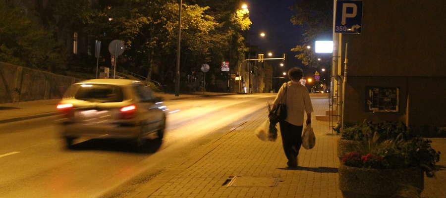 Ulica Grunwaldzka nocą. Zdjęcie jest tylko ilustracją do tekstu