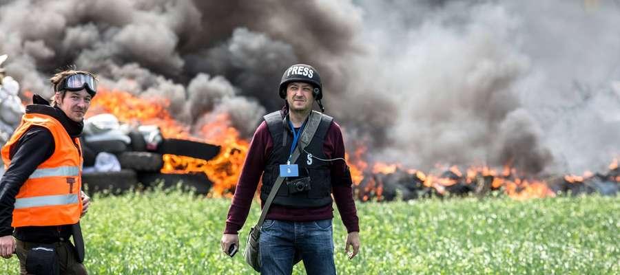 Polski dziennikarz Piotr Andrusieczko na linii frontu