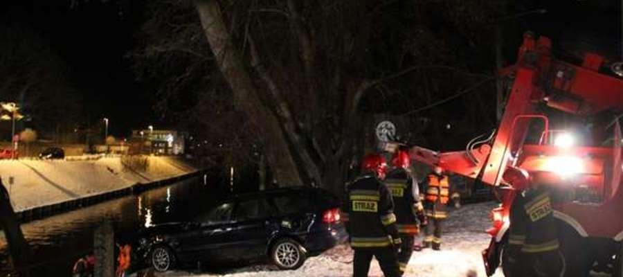 Podobne zdarzenie z marca 2013 roku. W Ostródzie do kanału wpadł samochód, którym podróżowały cztery ososby