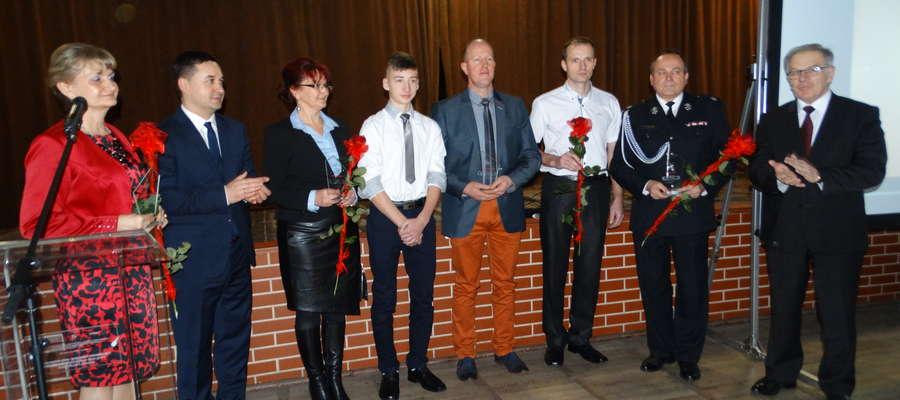 Osoby wyróżnione Laurem Zasłużony dla Dobra Wspólnego w towarzystwie wójta Tomasza Waruszewskiego oraz wójta-seniora Romana Trąpczyńskiego