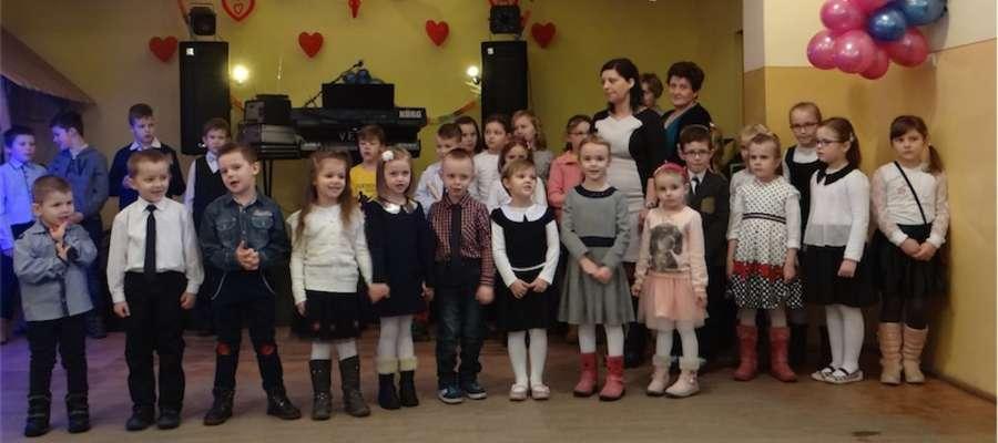 Dzieci wystąpiły dla babć i dziadków w Gwiździnach