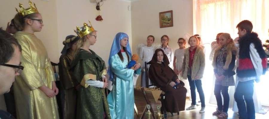 Uczniowie ze szkoły w Skarlinie podczas występów w Mszanowie