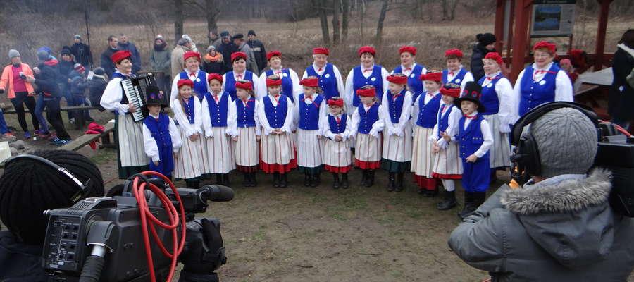 Występ zespołów Anibabki i Kurczaczki przed kamerami tv