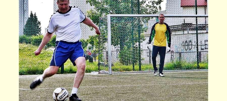Zarząd Powiatu Płońskiego, na czele ze starostą Andrzejem Stolpą (na zdjęciu przy piłce), przyznał klubom sportowym, stowarzyszeniom i innym organizacjom pozarządowym dotacje na 2016 rok