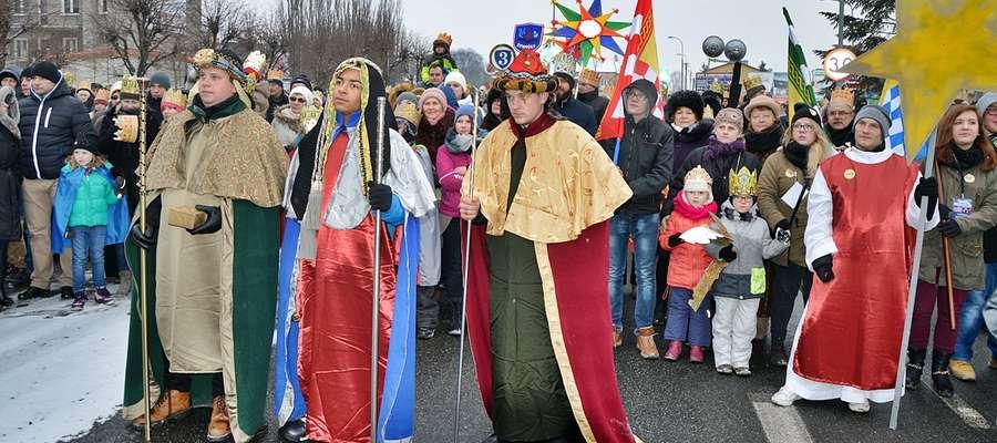 Płońszczanie uczestniczący w paradzie, wspólnie z Trzema Królami, którzy podążali do Stajenki, obejrzeli scenę walki dobra ze złem