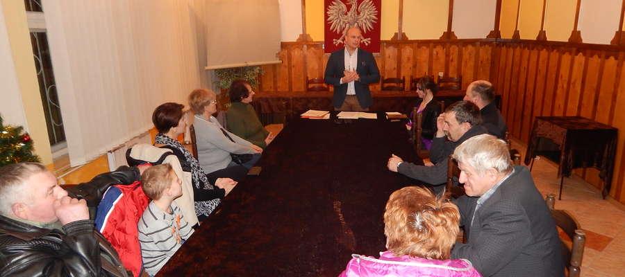W Baniach Mazurskich frekwencja nie dopisała, ale w innych miejscowościach na spotkania przybywa coraz więcej mieszkańców