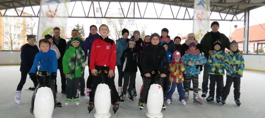 Uczestnicy rywalizacji na lodowisku w Bartoszycach
