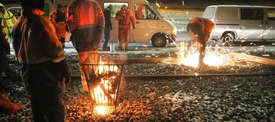W sobotę wieczorem drogowcy rozpoczęli prace nad łataniem przerwanej trakcji tramwajowej w Olsztynie
