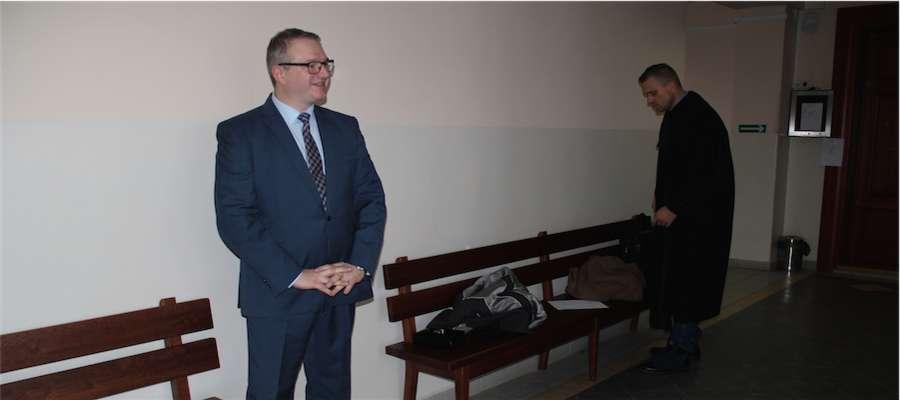 Wójt Radosław Król na korytarzu Sądu Rejonowego w Giżycku