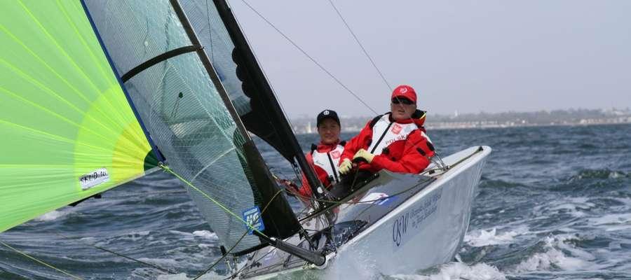 Od lewej: żeglarze Piotr Cichocki i Monika Gibes oraz trener załogi Grzegorz Prokopowicz
