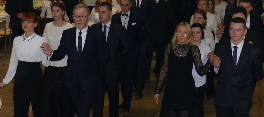 Poloneza poprowadzili wicedyrektor Katarzyna Idźkowska i dyrektor Mirosław Wodara