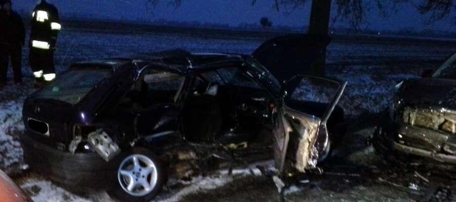 Tragiczny wypadek na drodze w Skwarach pochłonął życie dwóch młodych mężczyzn z Płońska