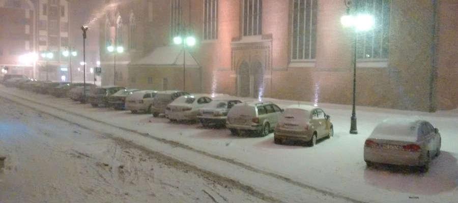 Ulica Rybacka w Elblągu podczas śnieżnego szkwału przed rokiem (styczeń 2016)