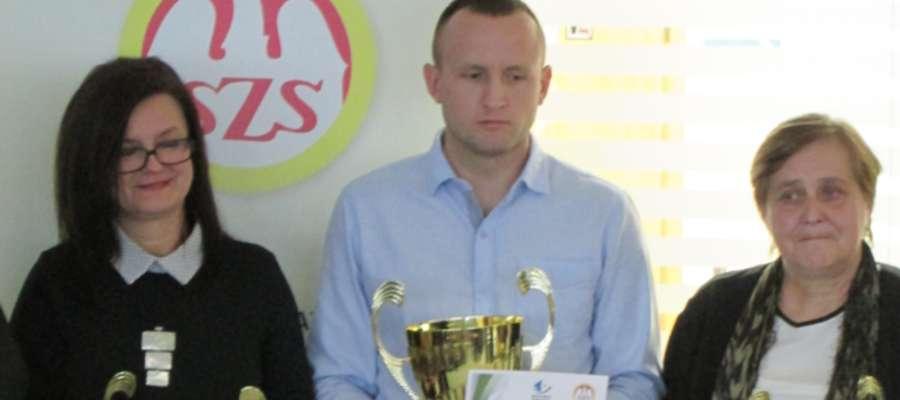 Krzysztof Kochanowski (w środku) odebrał w Olsztynie puchar za zwycięstwo w klasyfikacji szkół gminnych