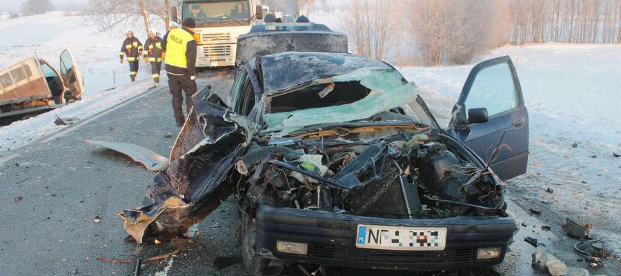 O dużym szczęściu może mówić kierowca tego bmw. Mimo poważnych uszkodzeń pjazdu z wypadku wyszedł bez szwanku.
