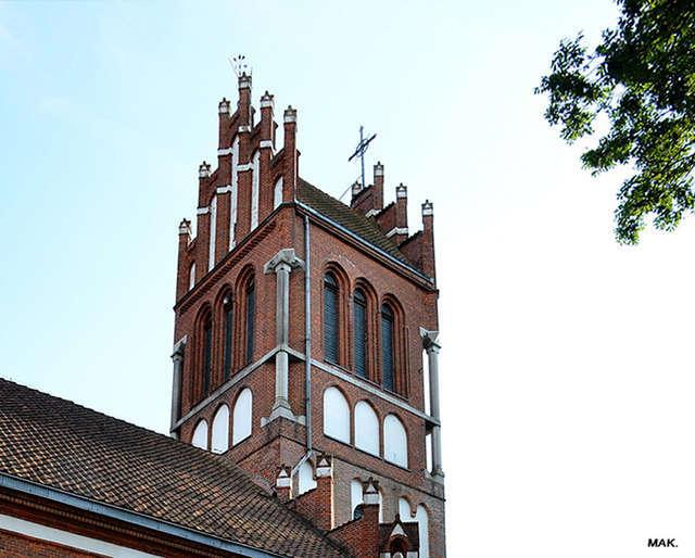 Wieża kościoła jest widoczna z daleka - full image