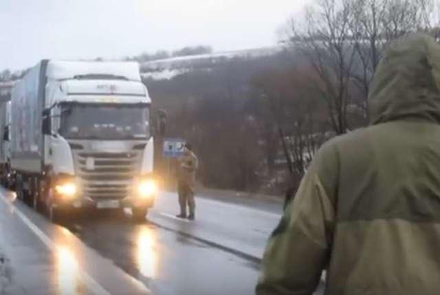 Ukraińcy blokują rosyjskie ciężarówki - full image