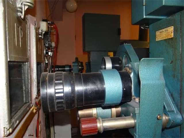 Urządzenia służące niegdyś do wyświetlania filmów to dzisiaj bez mała muzealne eksponaty - full image