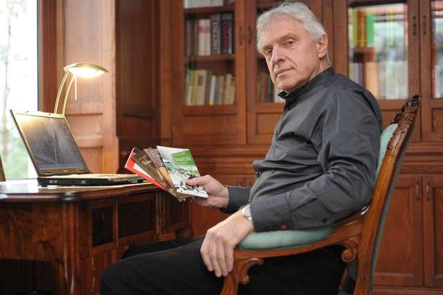 Jerzy Szczudlik ze swoimi książkami. - full image