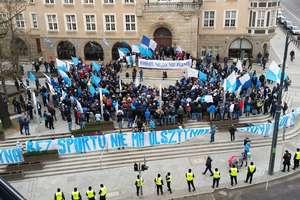 Protest kibiców Stomilu. Manifestacja dotarła pod ratusz FILM i ZDJĘCIA!