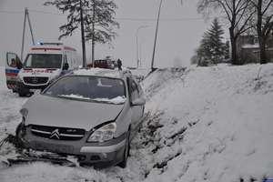 Śnieg płata figle: Citroenem skosił latarnię, passatem potrącił pieszego