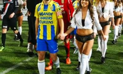 Seksowna niespodzianka z okazji walentynek. Piłkarze wyszli na boisko w towarzystwie dziewczyn w bieliźnie