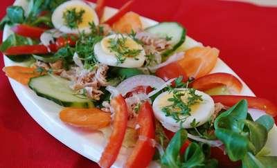 Sałatka z jajkiem, tuńczykiem i fasolką szparagową