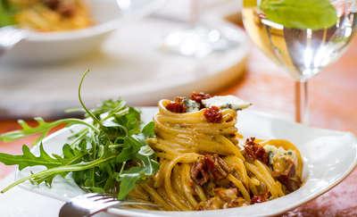 Spaghetti z suszonymi pomidorami, gorgonzolą i rucolą