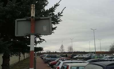 Parkują na miejscu dla taksówek, bo tabliczki są z drugiej strony