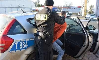 Bili, poniżali i zmusili 17-latka do kradzieży. Policja zatrzymała trzech młodych mężczyzn