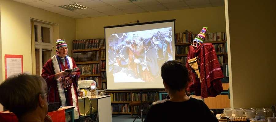 Gość zaprezentował rekwizyty przywiezione z Boliwii – m.in. elementy odzieży tubylców